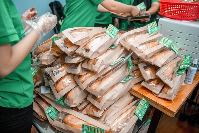 Ấm lòng mùa Covid-19: 1100 ổ bánh mì đã đến với khu cách ly KTX Đại học Quốc Gia TP.HCM - Ảnh 2.