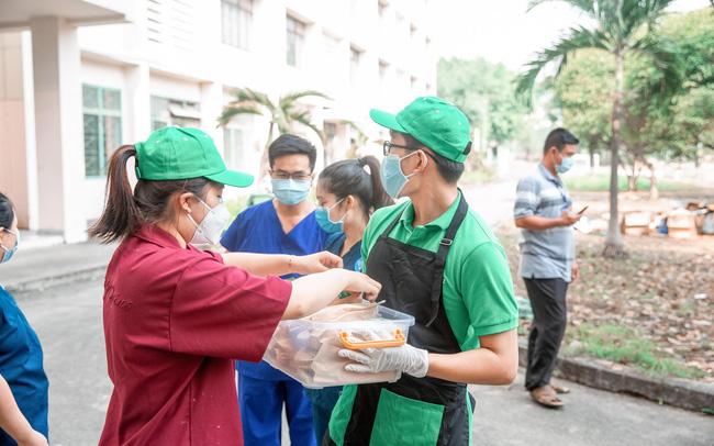 Ấm lòng mùa Covid-19: 1100 ổ bánh mì đã đến với khu cách ly KTX Đại học Quốc Gia TP.HCM